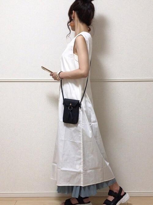 スポーツサンダル×白のシャツワンピース×ブルーのワイドパンツ×黒のショルダーバッグ