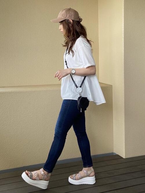 スキニーデニム×白のTシャツ×白のボリュームサンダル×ベージュキャップ