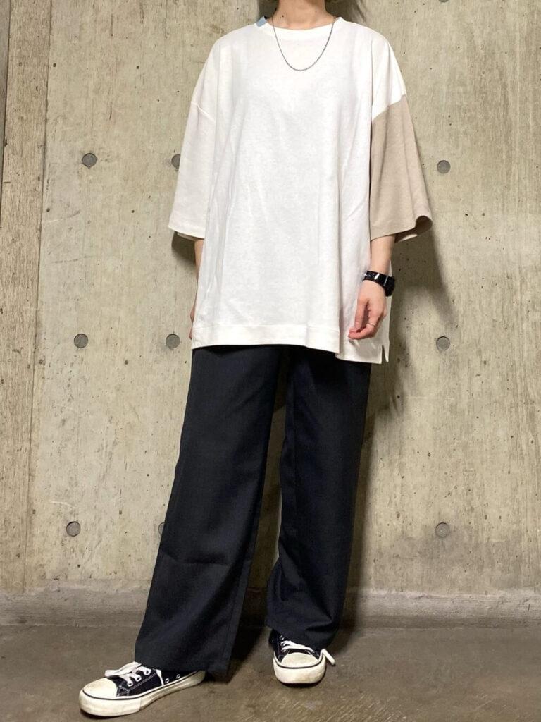 オーバーTシャツ×スニーカー×スラックスのレディースコーデ