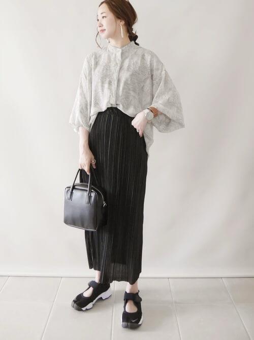 スポーツサンダル×マーブル柄のシアーシャツ×黒のタイトスカート