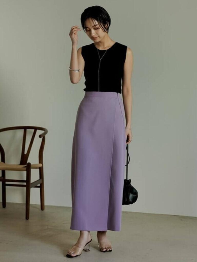 黒のタンクトップ×紫のタイトスカート×クリアサンダルのレディースコーデ