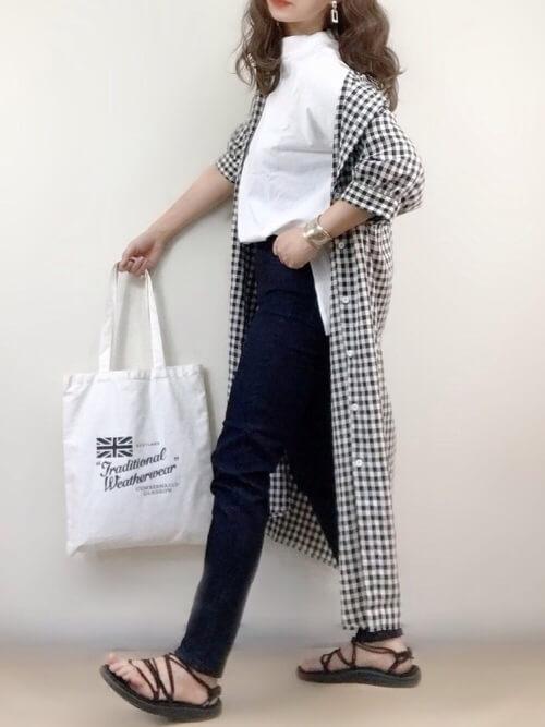 スキニーデニム×ギンガムチェックシャツ×白のTシャツ×サンダル