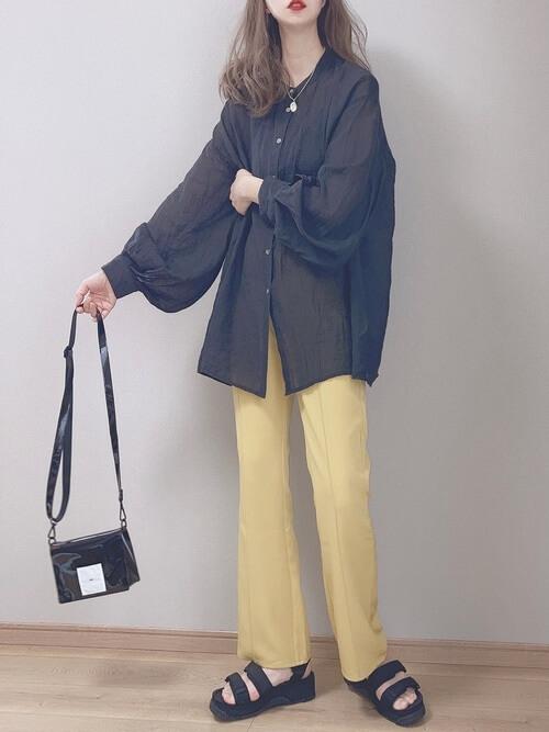 スポーツサンダル×黒のブラウス×イエローのパンツ×黒のショルダーバッグ