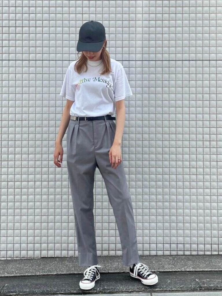 白のTシャツ×スニーカー×キャップ×スラックスのレディースコーデ