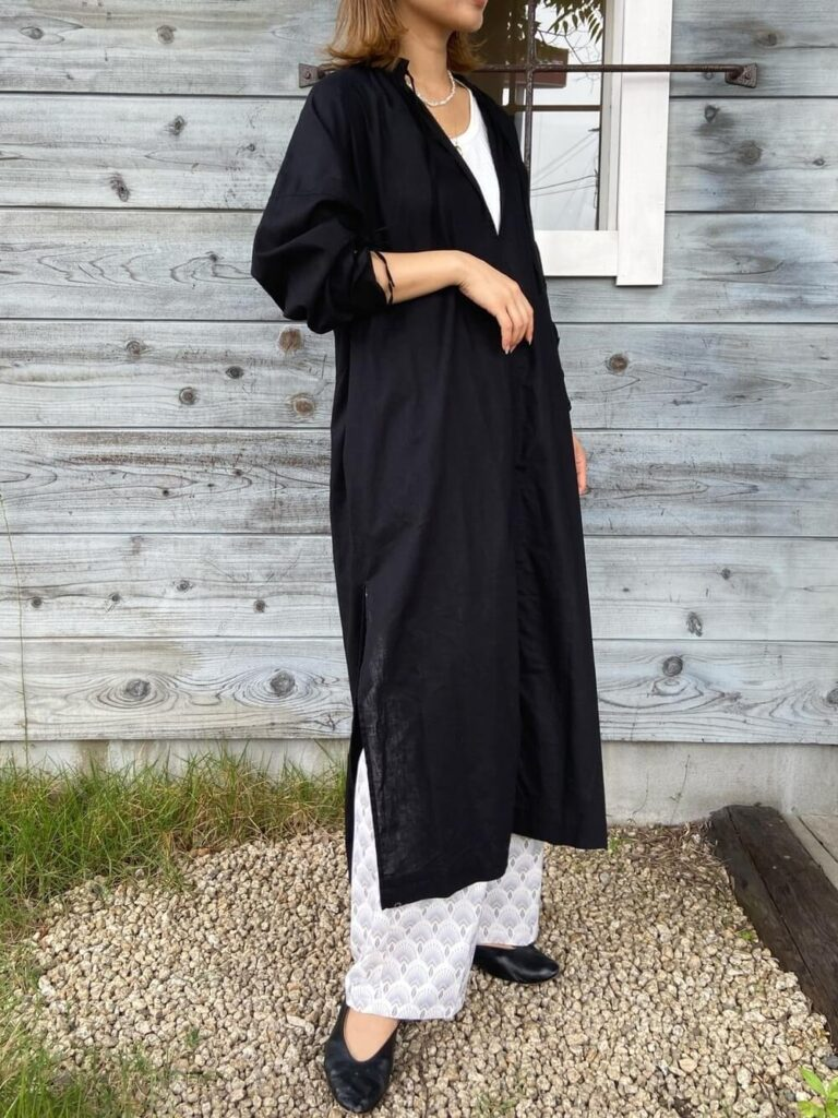 黒のシャツワンピ×白のTシャツ×パンプス×スラックスのレディースコーデ