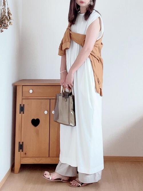 クリアバッグ×白のワンピース×ベージュのシャツ×ベージュのワイドパンツ×ゴールドのサンダル