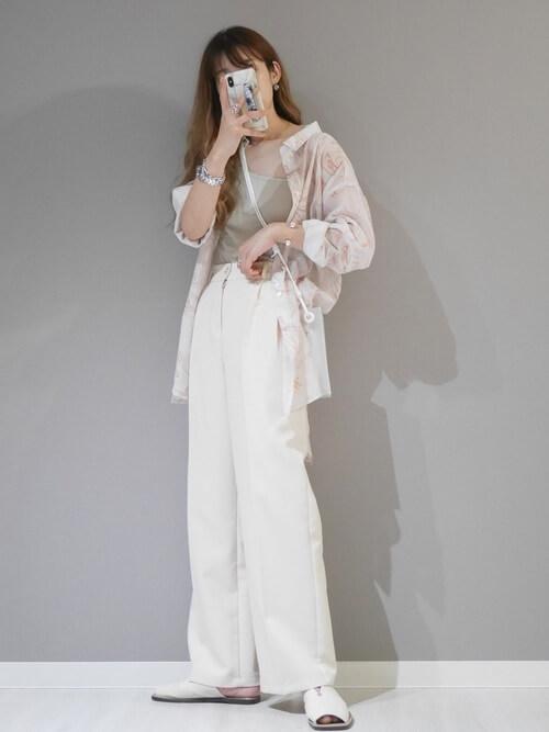クリアバッグ×シアーシャツ×グレーのワンショルダー×白のスラックス×白のサンダル