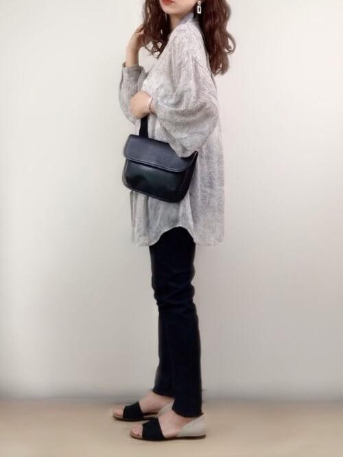 スキニーデニム×マーブル柄のシアーシャツ×フラットサンダル×黒のバッグ