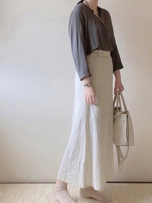 プルオーバーシャツ×白のタイトスカート×白のバッグ