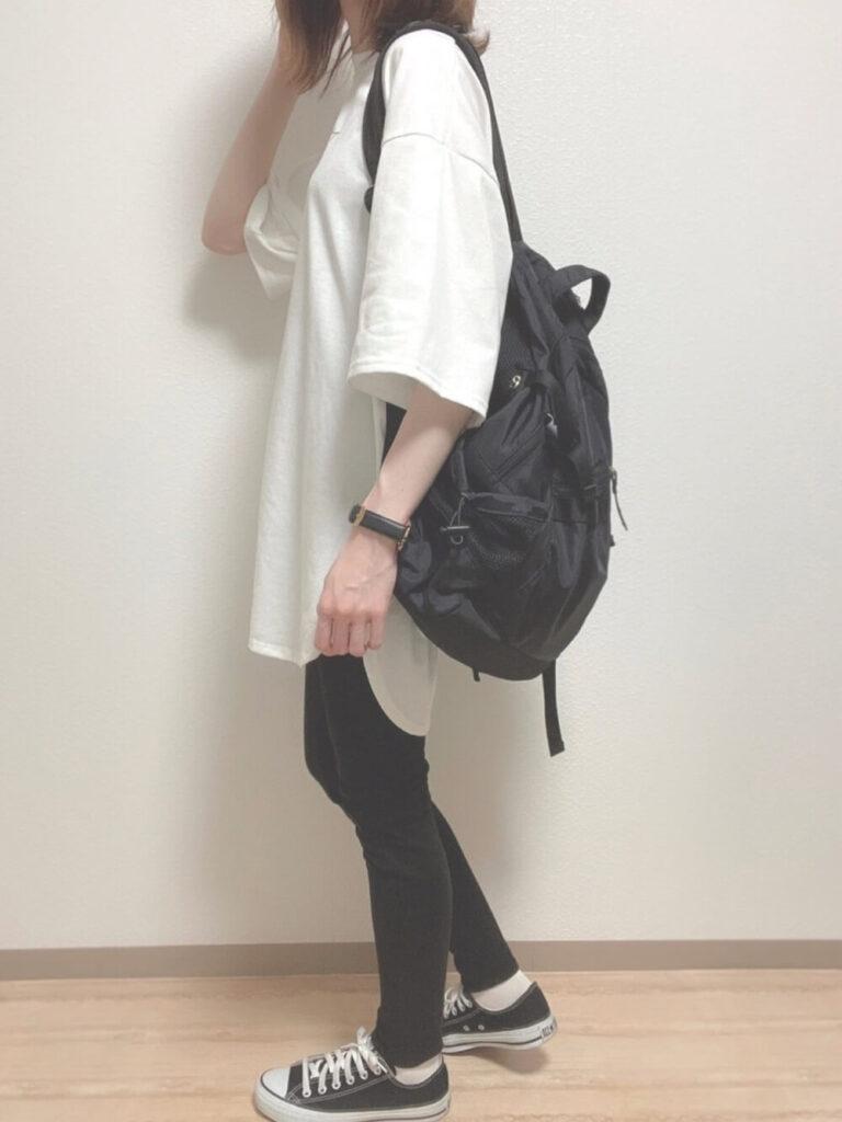 白のオーバーTシャツ×黒のスニーカー×リュック×黒のスキニーパンツのレディースコーデ