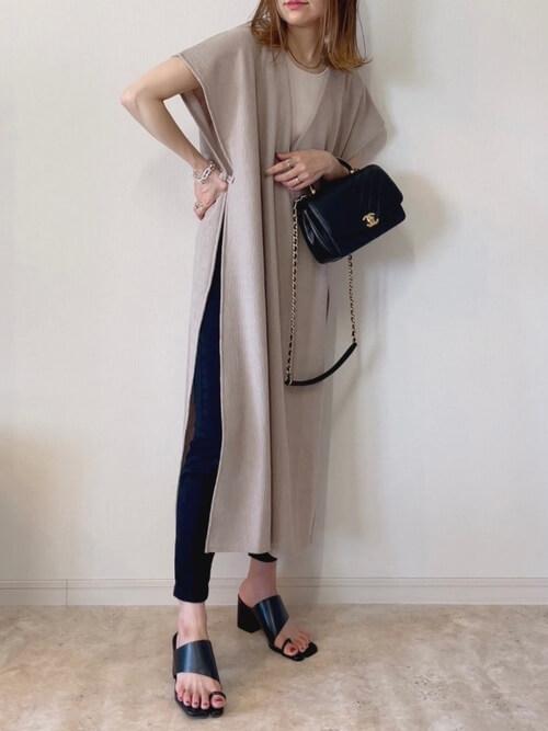 スキニーデニムの着こなし方:トングサンダルでトレンドスタイル!