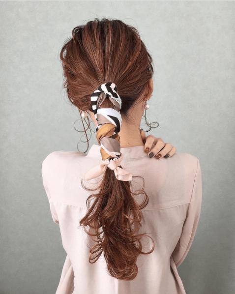 バンダナ・スカーフのヘアアレンジ:1つ結び+ワンカール