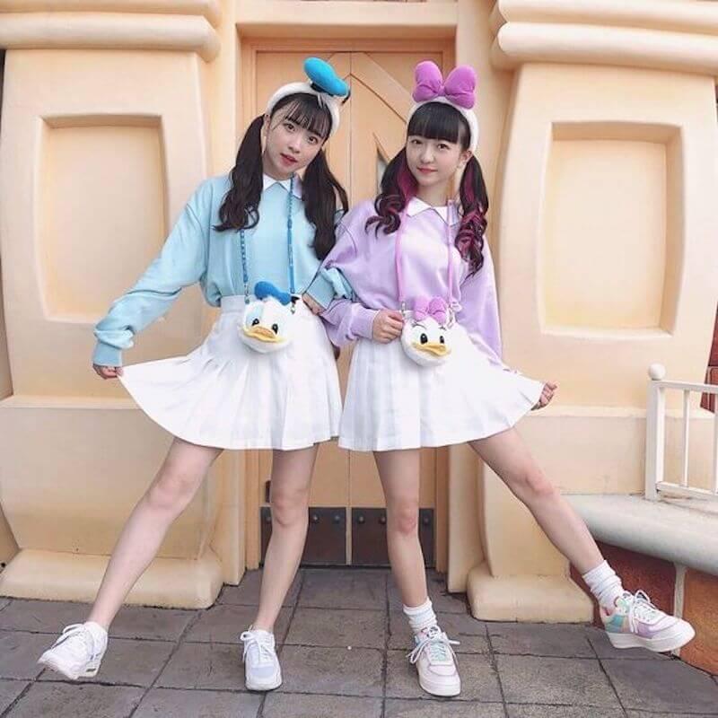白シャツ×カラースウェット×プリーツスカート×カチューシャのディズニー双子コーデ