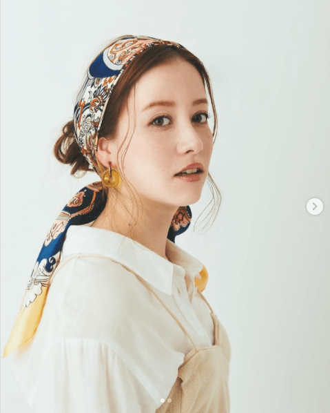 バンダナ・スカーフのヘアアレンジ:校閲ガール風