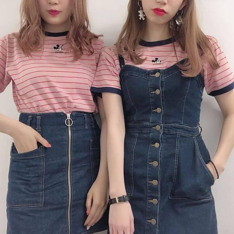 ミッキーボーダーTシャツ×デニムスカートのディズニー双子コーデ