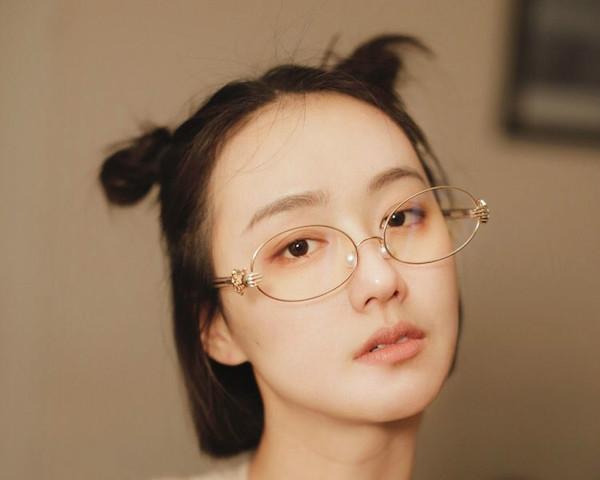 面長顔に似合う伊達メガネの選び方2:オーバル