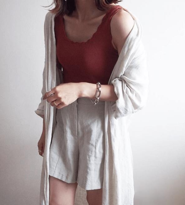 白のキュロット×白のシャツ×赤色のタンクトップ