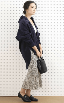 ネイビーシャツ×レオパード柄のロングスカート×ローファー