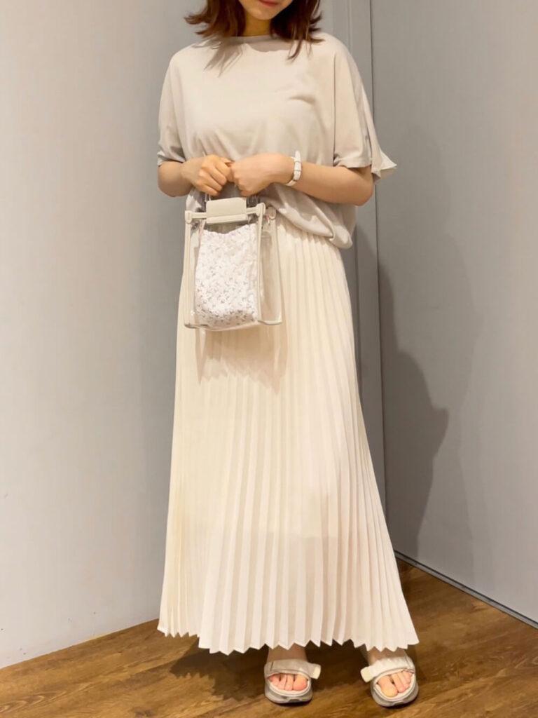 オーバーカットソー×サンダル×白のプリーツスカートのコーデ