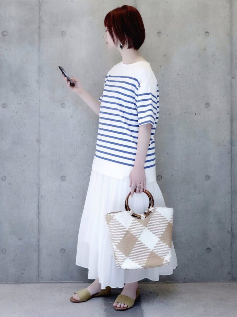 ボーダーカットソー×サンダル×白のプリーツスカートのコーデ
