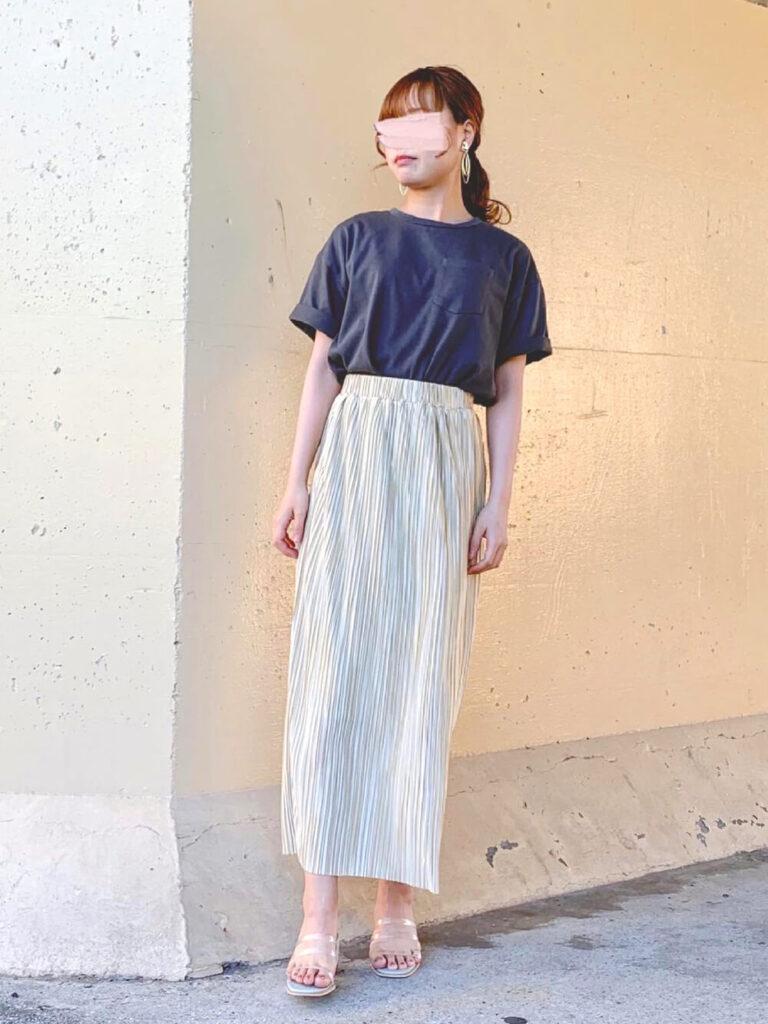 黒のオーバーTシャツ×サンダル×白のプリーツスカートのコーデ