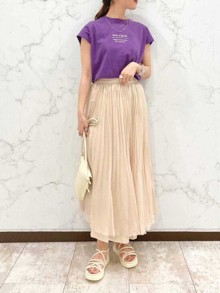 紫のTシャツ×サンダル×白のプリーツスカートのコーデ