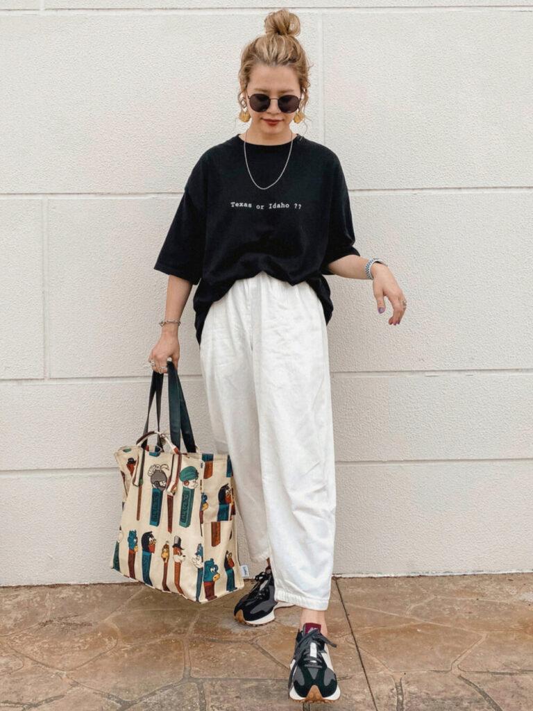 黒のオーバーTシャツ×白のワイドパンツ×スエードスニーカーのレディースコーデ