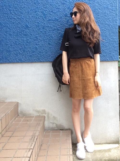 黒Tシャツ×白スニーカー