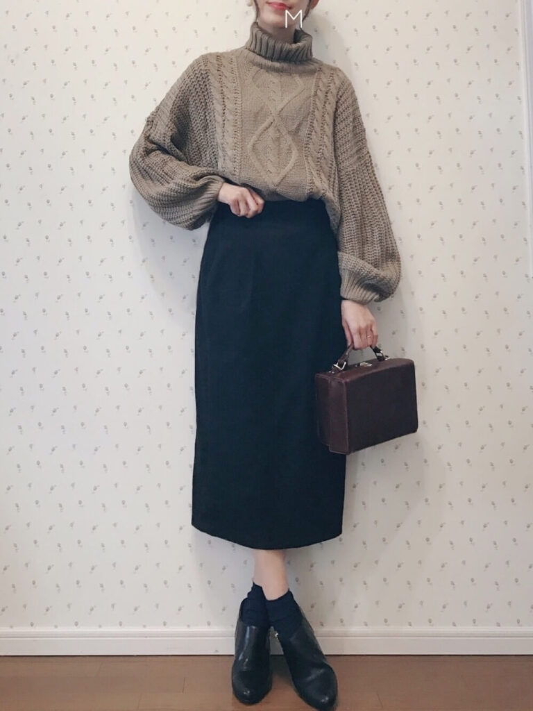 ベージュのタートルネック×黒のタイトスカート×黒の靴下×ブーティのレディースコーデ