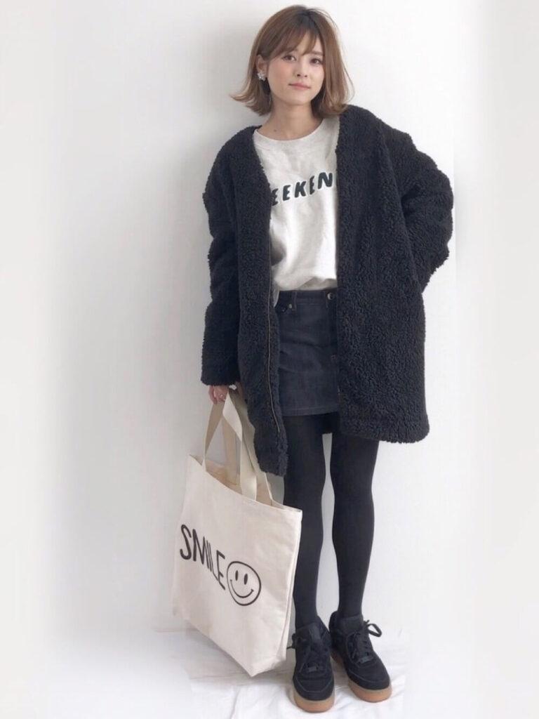 ボアジャケット×白のTシャツ×デニムミニスカート×タイツ×スエードスニーカーのレディースコーデ