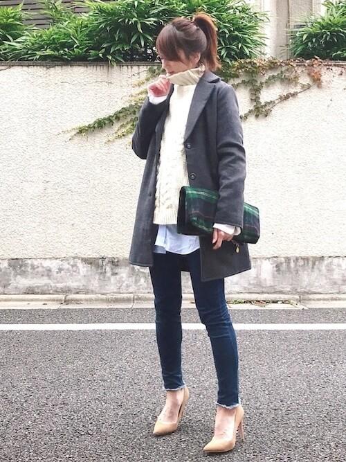ニットセーター×グレーのアウター×ストライプシャツ×デニムパンツ×ベージュのブーツ