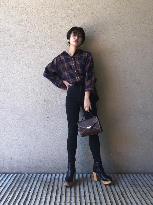 ネルシャツ×デニムパンツ×黒のブーツ×黒のバッグ