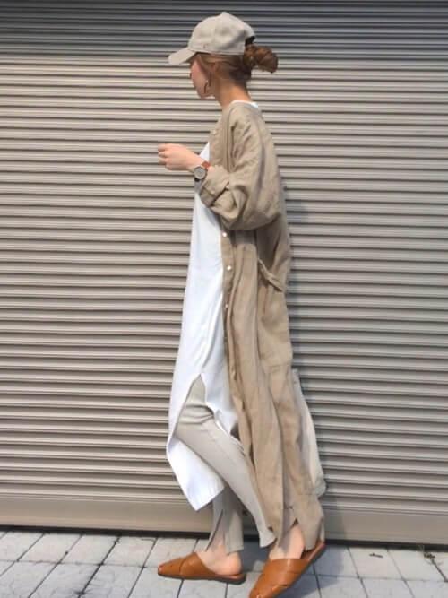 ロングシャツ×白のスリットワンピ×グレーのレギンス×ブラウンのサンダル