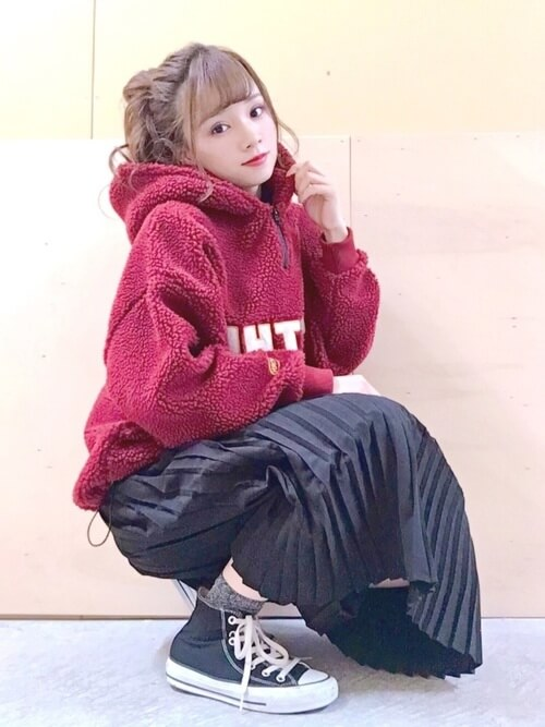赤のパーカー×黒のプリーツスカート×黒のスニーカー