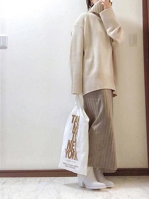白のブーティ×ベージュのタートルネック×ベージュのリブニットスカート
