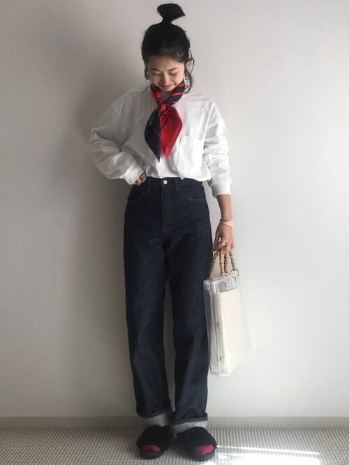 ファーサンダル×白のロンT×デニムパンツ×スカーフ
