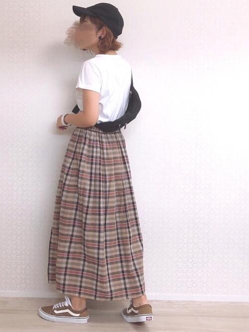 チェックのプリーツスカート×白のTシャツ×ベージュのスニーカー×黒のウエストポーチ