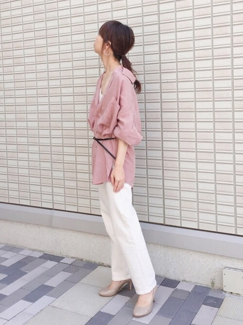 ピンクのシャツ×白のデニムパンツ