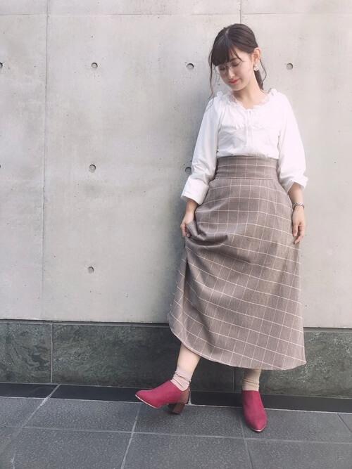 赤のブーティ×白のブラウス×チェックのスカート
