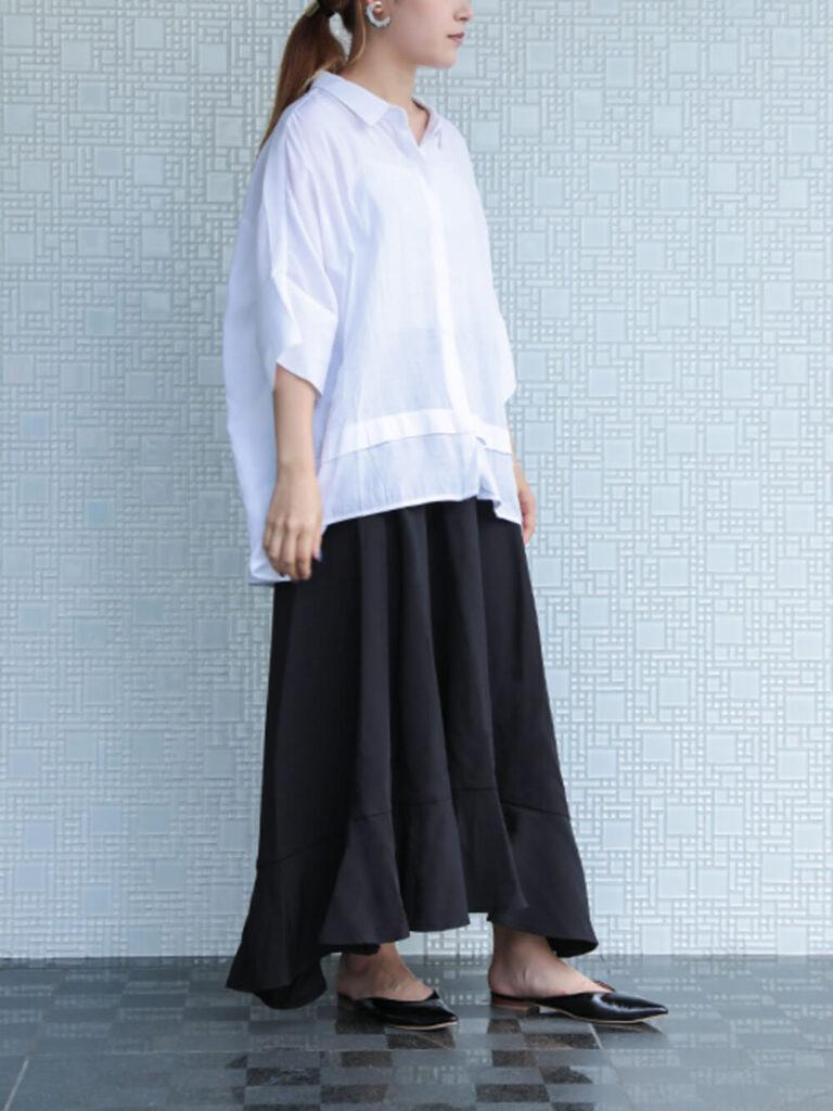 ヘムスカート×白のプルオーバーシャツ×黒のミュール