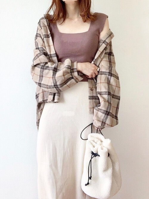 ネルシャツ×ブラウンのタンクトップ×ベージュのタイトスカート×ファーバッグ