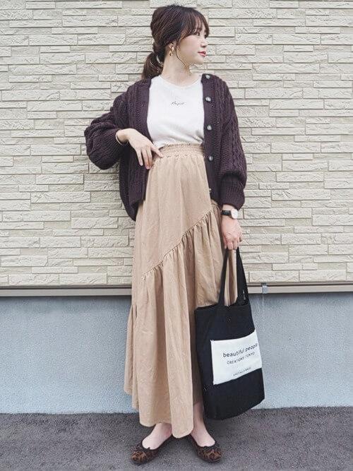 ブラウンのカーディガン×白のロゴTシャツ×ベージュのフリルスカート