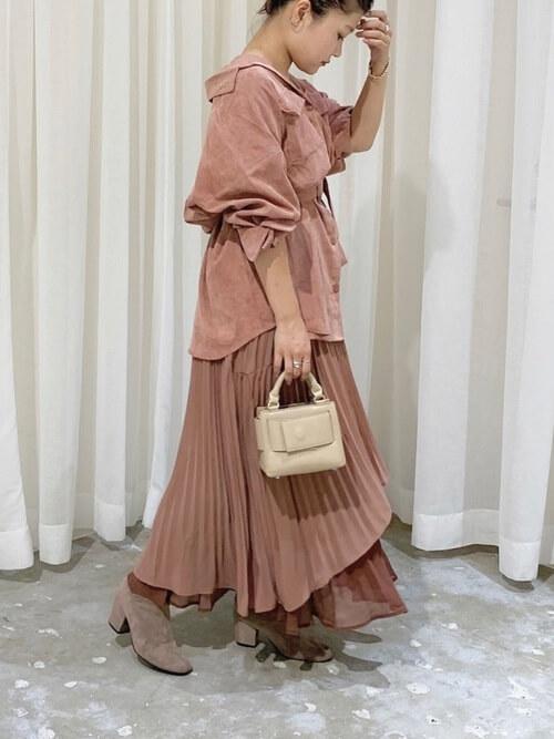 ピンクのシャツ×ピンクのプリーツスカート