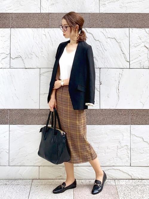 黒のテーラードジャケット×白のカットソー×チェックのスカート×黒のローファー