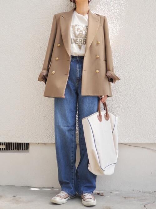 ベージュのテーラードジャケット×白のロゴTシャツ×デニムパンツ×ベージュのスニーカー