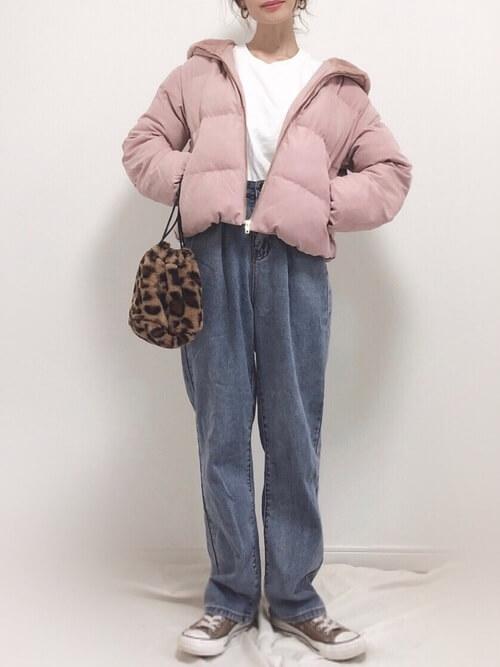 ピンクのジャケット×白のTシャツ×デニムパンツ×ブラウンのスニーカー×レオパード柄バッグ