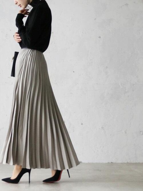 グレーのプリーツスカート×黒のタートルネック×黒のヒール