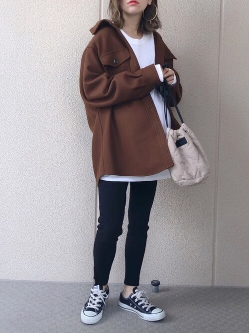 ブラウンのCPOジャケット×白のTシャツ×黒のマタニティパンツ