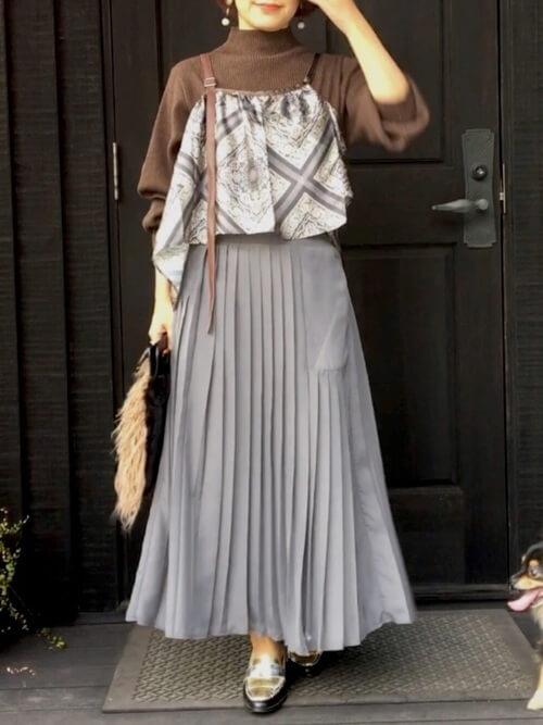 グレーのプリーツスカート×ブラウンのニット×スカーフ柄のキャミソール×シルバーのローファー