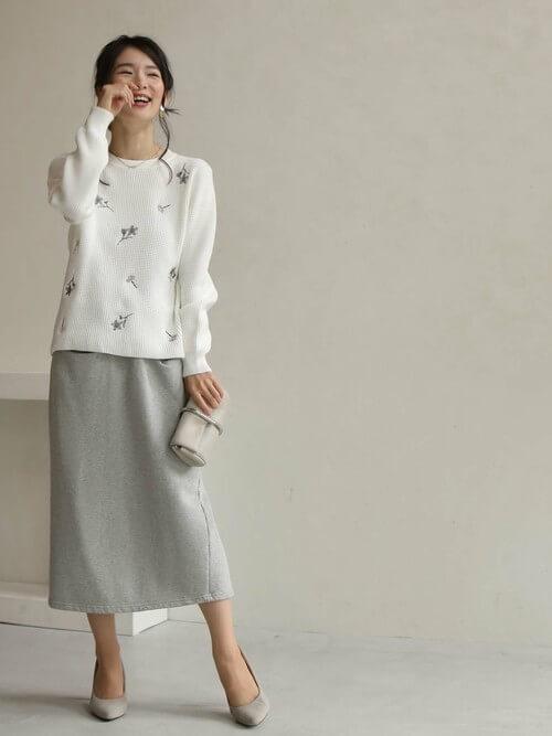 刺繍入りニット×グレーのスカート×グレーのパンプス×ベージュのバッグ